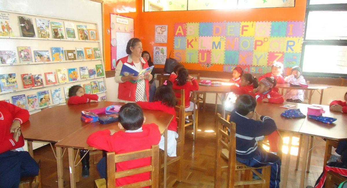 Niñas y niños trabajan en el aula Pankarita