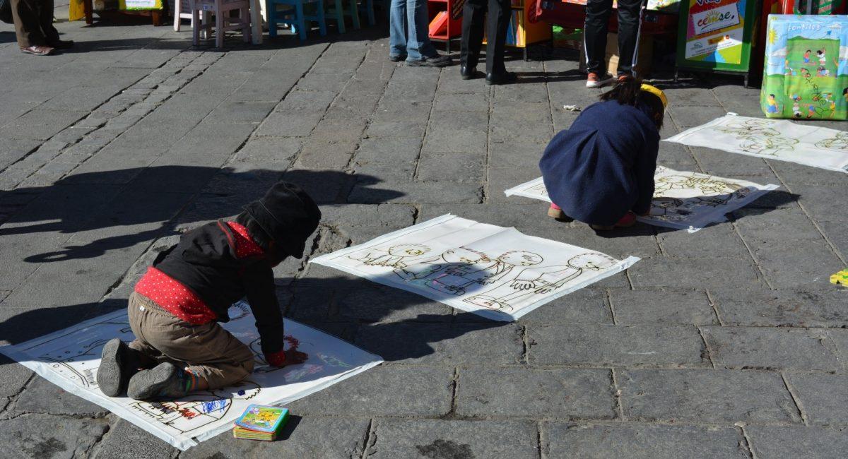 Niñas y niños interactuan en una Feria realizada en la Plaza San Francisco de La Paz